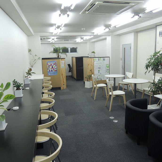 【使用用途】 会議、セミナー、研修、勉強会、ワークショップ、イベント、ハッカソンなど  【収容人数】 ・10名  【設備・備品】 ・椅子:10脚 ・机 2名掛:1基  4名掛:1基 ・Free WiFiあり ・ミニホワイトボード ・フリードリンクあり  コーヒー5種、紅茶、緑茶、ジャスミン茶、ウーロン茶など  季節に応じて変更あり ・リラクゼーションスペース  無料貸し出し本あり  【喫煙】 バルコニーのみ喫煙可能。  【周辺施設】 コンビニ:徒歩2分  【アクセス】 東京都目黒区中目黒3-6-2 中目黒MSビル5階 中目黒駅徒歩8分