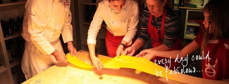 Trascorrere una giornata con le cooking classes di Fabiolous è un'esperienza unica che vi farà immergere nelle abitudini culinarie dei romani. Durante il corso di cucina, sarete voi i protagonisti delle ricette scelte insieme agli chef e preparate manualmente gustosi menu in grande allegria. Il lauto pranzo sarà annaffiato, naturalmente, da un ottimo vino italiano.