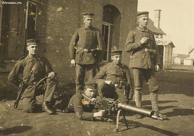 German machine-gunners with a hand-gun MG 08/15 (1917) /Немецкие пулеметчики с ручным пулеметом MG 08/15 (1917) #WW1