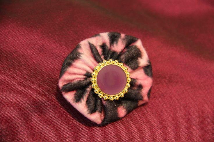 BROCHE LEOPARDO ROSA -  Fieltro con estampado leopardo rosa, botón color oro y morado. Precio: € 4