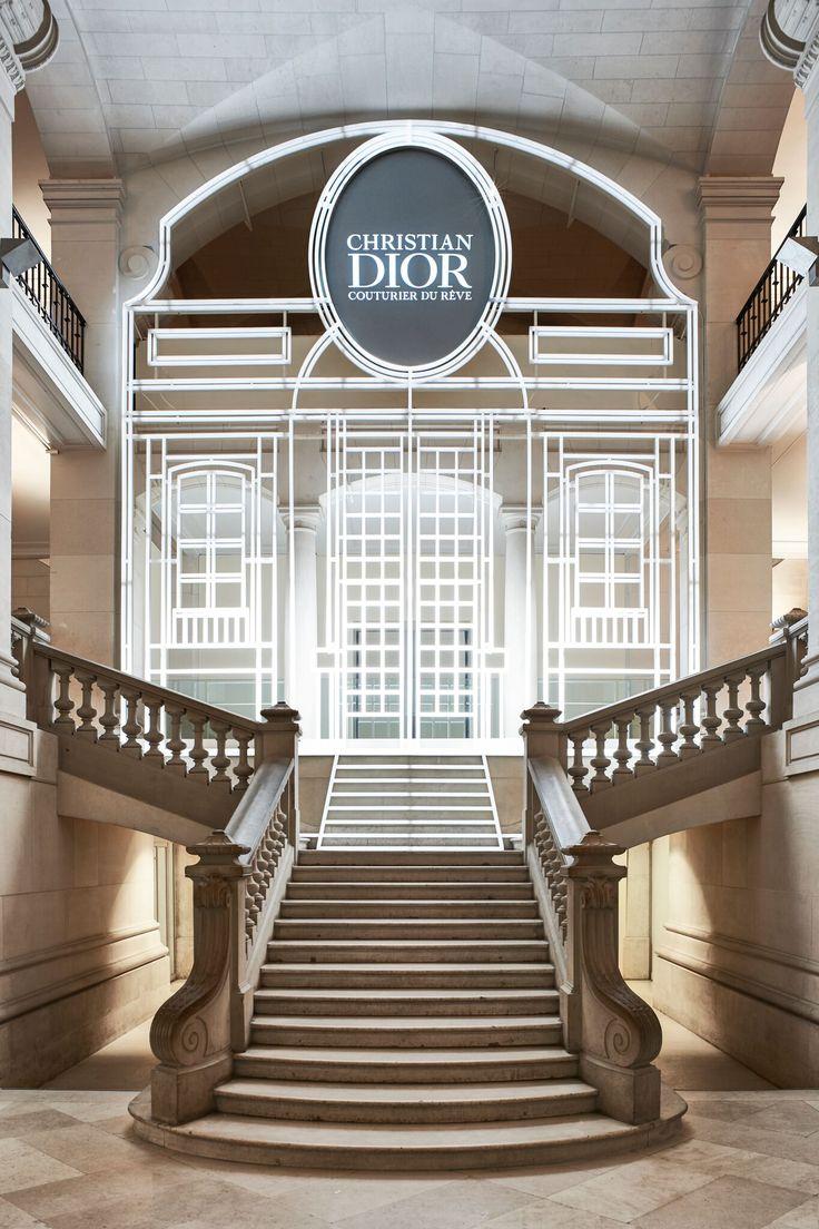 O Musée des Arts Décoratifs comemora o 70º aniversário da criação da Maison Dior com uma super exposição que fica em cartaz de 5 de julho a 7 de janeiro de 2018. A mostra abrange a história da marca, desde a infância de Dior aos dias atuais, passando pelo legado de todos os diretores criativos que o sucederam. A seleção de mais de 300 vestidos de Alta Costura criados entre 1947 e o presente tem um fio condutor de emoções, histórias, inspirações, criações e legados. Há tambémcentenas de…
