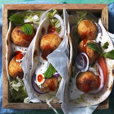 Ingen tackar nej till frasig falafel med riven halloumi. Koriander och vitlök ger mer smak. Servera i mjuka tortillabröd eller pitabröd ihop med sallad och en krämigt fräsch myntayoghurt.