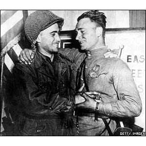 On this day in history [April 25, 1945]: Soviet and American soldiers met at the River Elbe in Germany on 25 April 1945. Hitler's army had been successfully cut in two and peace at last seemed close. ❖❖❖ In this photo: American GI Lt Robertson and Russian soldier Lt Sylvashko posed for a victory photograph – perhaps one of the last gestures of friendship before almost 50 years of enmity during the Cold War.