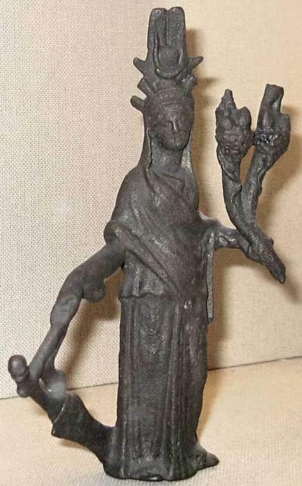 Однако покровительницей Александрии была не только Тюхе, но и та же Исида. Изображения Исиды и Тюхе иногда трудно отличить. Одним из отличительных признаков Тюхе была башенная корона, которая символизировала городские стены, тем самым подчеркивая, что богиня является защитницей города и его граждан. Регулярное же изображение Тюхе с Агатодемоном в образе Сераписа наводит на мысль о тождественности Тюхе и Исиды. С большой долей вероятности можно предположить, что Тюхе (Благая Участь) эпитет…