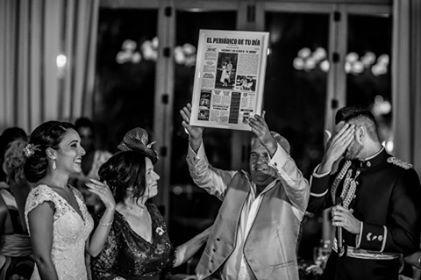 ¿Quieres sorprender a tus padres en tu #boda? Regálale un periódico personalizado que refleje el día en el que ellos se casaron.  Nosotros buscamos, redactamos y maquetamos los sucesos más importantes de ese día, y ellos serían la noticia principal.  Foto: Ana Belén Gálvez.