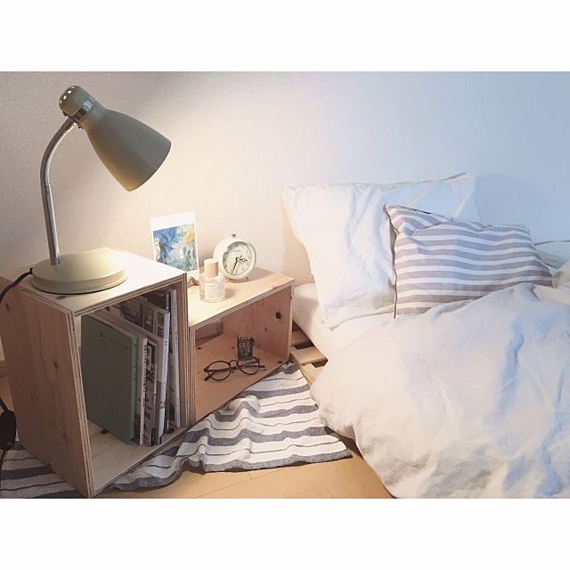 女性で、1Kの賃貸/無印良品/ナチュラル/デスクライト/寝室/ベッド…などについてのインテリア実例を紹介。「安めのアイテムが多い寝室です。 300円のデスクライト、100均のキッチンクロス、980円の木製ボックス、3200円のすのこベッド、 居心地はバツグンです(*^^*) 寝室は優しい色合いでまとめています。」(この写真は 2016-09-26 21:12:28 に共有されました)