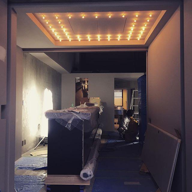 :  こんにちは。  ・  エントランスの照明が設置されました!!  ・  ニューヨークのシアターをイメージしたデザインになっています。  ・  いい感じになってきました!!  ・  オープンまであと14日!!  ⁑    #opening #light #theater #ニューオープン #ニューヨーク #thebridge #bridge #bar #lounge #kuramae #asakusabashi #asakusa #tokyo #ny #nyc #beer #craftbeer #brooklynlager #wine #sake #蔵前 #浅草橋 #浅草 #スタンディングバー #立ち飲み #クラフトビール#ブルックリンラガー #ワイン #日本酒