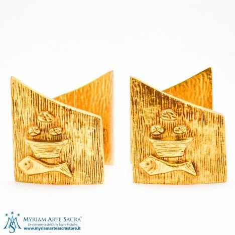 """Coppia candelieri in ottone dorato con pressofusione simbolo """"pane e pesci"""". Disponibile croce abbinata. Bossolo finta candela diam.4"""
