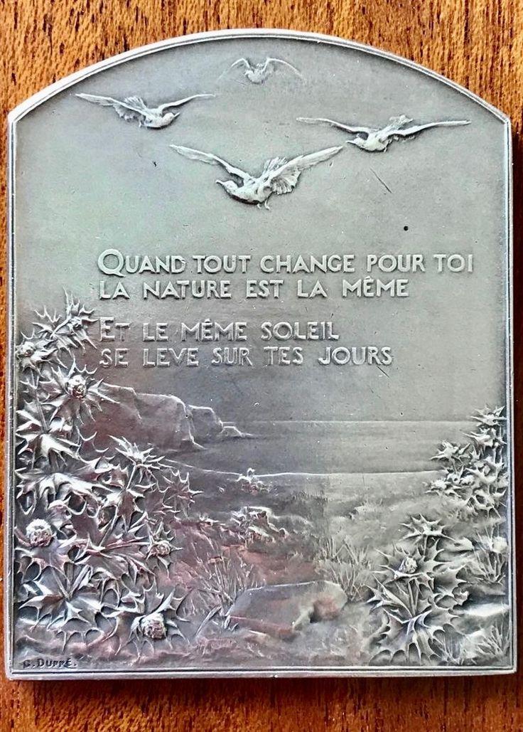 """GEORGES DUPRÉ - 1869-1909 ;  Silberplakette """" SALUT AU SOLEIL """" ; aus """" Le vallon """" von ALPHONSE DE LAMARTIN - 1790-1869 ; frei übersetzt: """" Was immer sich für dich ändert / die Natur ist immer dieselbe / und es ist dieselbe Sonne / die sich über deine Tage erhebt """" . Diese Plakette ist eine ausdrucksstarke Mutmacherin für unseren Alltag ! ✌️"""