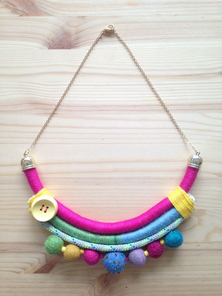 Collana interamente realizzata a mano con lana 100%, cotone, bottone, perline di legno e palline di feltro.