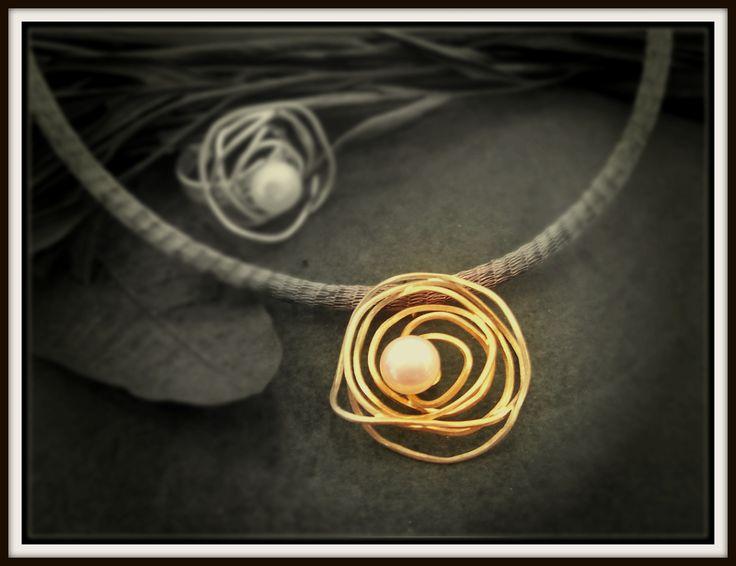 Χειροποίητο μενταγιόν και δαχτυλίδι σε χρυσό Κ14 με μαργαριτάρι.