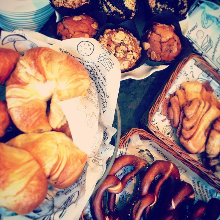 Na das sind doch mal Aussichten! Da kann man doch glatt mal kurz das Wetter da draußen vergessenHabt ihr heute schon lecker gefrühstückt? ☕️ #balzaccoffee #balzac #coffee #kaffee #directtrade #brasilien #hamburg #berlin #hannover #göttingen #frankfurt #frühstück #erstmalfrühstück #nichtohnemeinenkaffee #lecker #leckerfrühstück #croissants #muffins #franzbrötchen #brezeln #dashamwirunsverdient