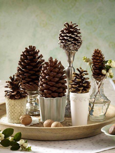 Das brauchen Sie: Zapfen, Kerzenleuchter, silber (Flohmarkt), Vase (IB Laursen), Teelichthalter, Tablett ( IB Laursen)Und so geht's: