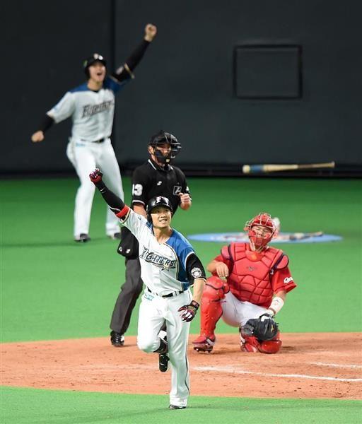 日本シリーズ日本ハム対広島第5戦 9回、日本ハム・西川遙輝が右越えサヨナラ満塁本塁打を放つ。後方では大谷翔平がガッツポーズ=27日、札幌ドーム(撮影・荒木孝雄)