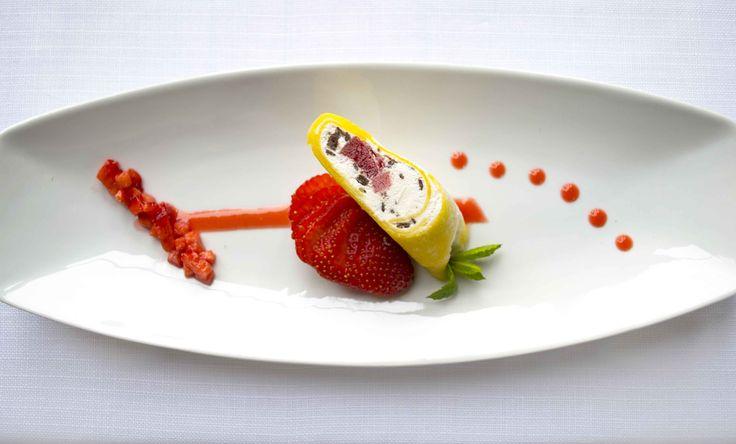 Rotolo di mango con gelato alla stracciatella cuore di campari con salsa di fragola dell'executive chef Massimo Livan dell'Antinoo's Lounge & Restaurant, il ristorante dell'Hotel Centurion Palace di Venezia.