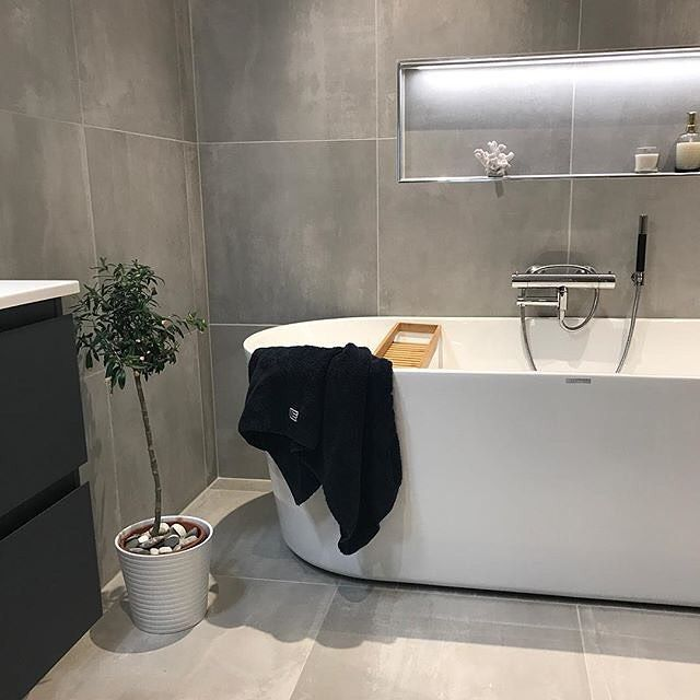 B•A•D 🖤 Utrolig hvor lekkert det blir med detaljer som oliventre og lys i innebygde hyller. Takk som inspirerer oss @frkmhauge •  •  •  #baderom #baderomsoinspo #bathroom #bathtub #interiør#inspo#passionforinterior#rom123#kkliving#homebylene#whiteinterior #myhome#passion4interior#boligpluss#boligplussminstil#bobedre#norgesinteriør#vikingbad#badekarl#bad_no#nyttbad 📷: @frkmhauge