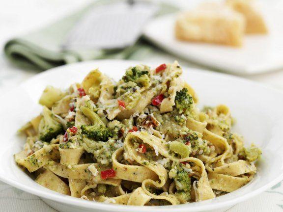 Probieren Sie die leckeren Tagliatelle mit Brokkoli und Nüssen von Eat Smarter oder eines unserer anderen gesunden Rezepte!