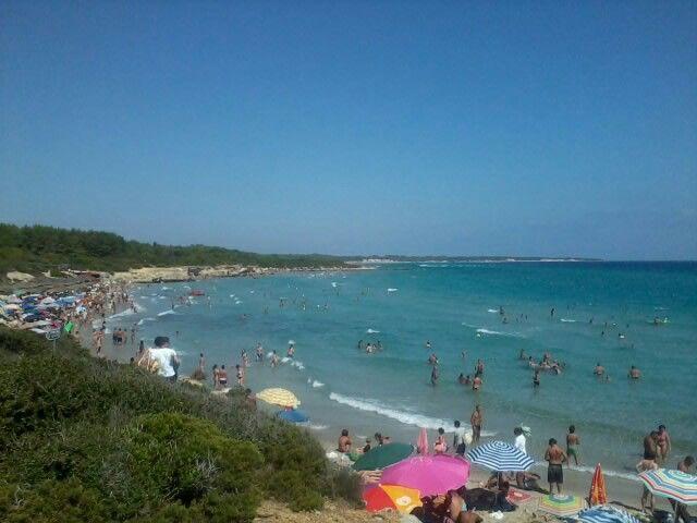 Baia dei turchi a Otranto - la spiaggia è davvero suggestiva anche se negli ultimi anni è diventata molto piccola e molto affollata.