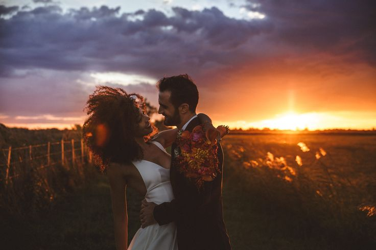 mercredie-blog-fashion-beauty-wedding-mariage-groom-outfit-inspiration-advice-natural-3c-afro-big-hair-nappy-curly-curls-veil-chapel-delphine-manivet-tulio-dress-robe-de-mariee-cheveux-frises-naturels-decoration-flowers-theme-light-floral-flowers-candles-barn-french-bulldog-couple-with-their-dog-d-day-cute-bow-tie-coucher-de-soleil-crazy-sunset-bright-bouquet-yellow-pink-red-orange-purple-flowers
