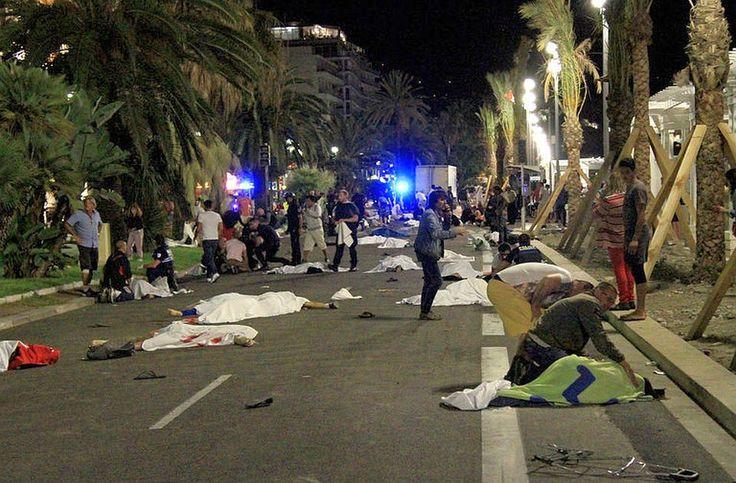 """Coplesit de emotie si nervi, jurnalistul Rareș Bogdan lansează un atac de o virulență fără precent la adresa tuturor liderilor europeni, după atacul terorist din Franța. """"E prea mult! Sunteți nişte ticăloşi! În numele """"politically correct"""" veți distruge Europa noastră! Nu se poate! Este prea mult! Nu putem, de fiecare dată, să spunem că nu va exista data viitoare! Nu putem ca de fiecare dată doar să ne plângem morții şi să ne rugăm pentru sănătatea răniților! Nu putem să ne spunem de…"""