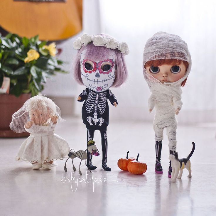 """Hey we're ready we've made our own costumes we have pumpkins we also have corpse bride and skeleton cat from Día de Muertos""  ""Hey estamos listas hemos hecho nuestros propios trajes tenemos calabazas a la novia cadáver y a Skeleton cat del Día de muertos""  #babycatfacedollies #tiinacustom #halloween #halloween2015 #halloween2015 #pumpkins #corpsebride #skeleton #mummy #barriguitas  #blythe #blythedoll #blythestagram #customblythe #customblythedoll #doll #dollphotography #instadoll…"