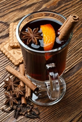 Mulled wine with orange Ingredients:- 0.75 liters of red wine- cinnamon- Honey- 1 whole orange- A quarter of a lemon- 5 cloves- Orange peel