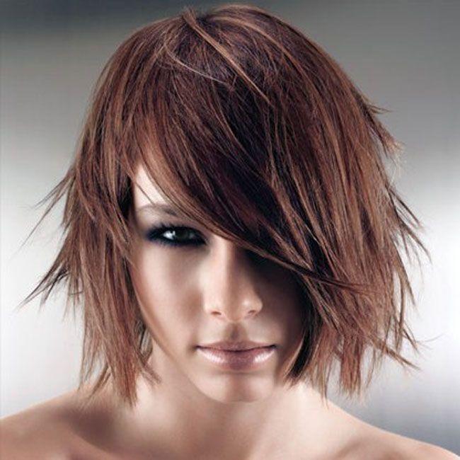 Tra le declinazioni più caratteristiche dei tagli di capelli corto o medio proposti per l'autunno inverno 2016-2017 è lo shag bob che vanta una scena di primo piano. Punta su un allure grintoso e d…
