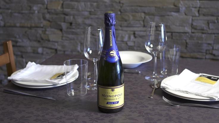 Champagne Heisieck Brut Blue Top Color dorado limón, toques brillantes.     Aromas de mediana intensidad a frutos blancos y amarillos, flores, ahumados, pastelería, hierbas aromáticas y toques de frutos secos y herbáceos, bastante complejidad y frescura en la sobresaliente nariz.     En boca es sabroso y con toques elegantes, muy bueno el recorrido con mucha frutosidad y dulzura, muy expresivo y con matices, recuerdos frutales, florales y de pastelería.