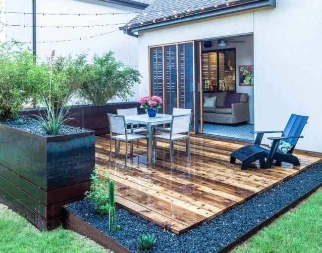 garten-terrasse-anlegen-zedernholz-dielen-kies-metall-hochbeete-pflanzen