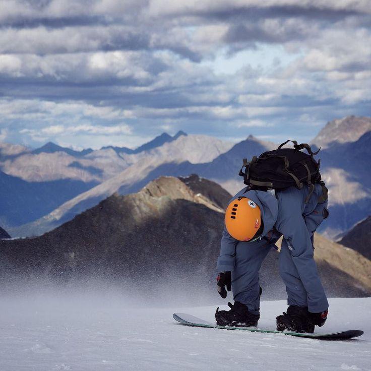 Preparing for the Weekend Heute Abend werden die Bretter gewachst. Bitte bitte lass es die Tage in den Bergen dann endlich schneien. Wir brauchen Winterrr//Das Bild ist von vor zwei Wochen in #Sölden. Diese Aussicht!! Danke an den netten Herrn im passenden Anzug. #munichandthemountains #gletscher #alps #berge #mointains #bergpanorama #nature #naturelovers #natureaddict #outdoor #landscape #wanderlust #fernweh #explore #skitour #offpiste #snowboarden #snowboarding #snowboarder…