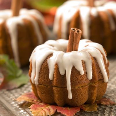 Pumpkin Patch Party Cakes (Intermediate; 12 servings) #pumpkin #cakes #treat