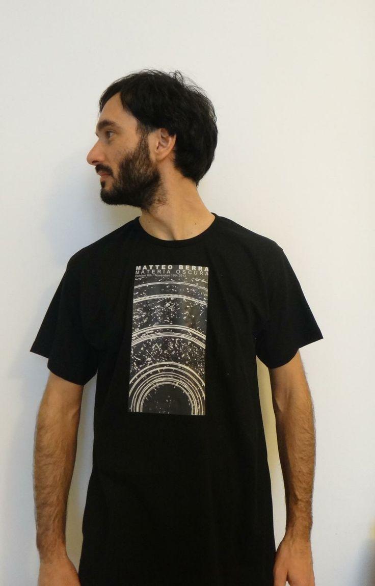 Sembra un modello, invece non lo è. Vi presentiamo il vincitore del #MateriaOscuraContest con la maglietta premio disegnata dal nostro Matteo Berra! Very cool! Copyright: Glenda Cinquegrana: the Studio.