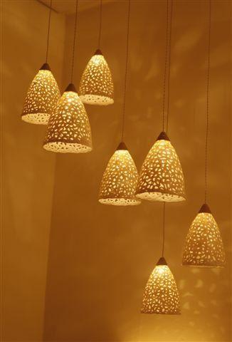 Ce luminaire en céramique est faite de grès blanc à la main. Jutilise une technique de « tricoter » largile qui crée des trous permettant à la lumière de pénétrer. Cela crée de beaux motifs des ombres sur les murs et le plafond. Les teintes accrochent à différentes hauteurs. Ce pendentif unique light peut être suspendu au-dessus de votre table de salle à manger ou dans nimporte quelle autre pièce.  Vous pouvez choisir davoir autant dabat-jour que vous souhaitez et créer votre propre lustre…