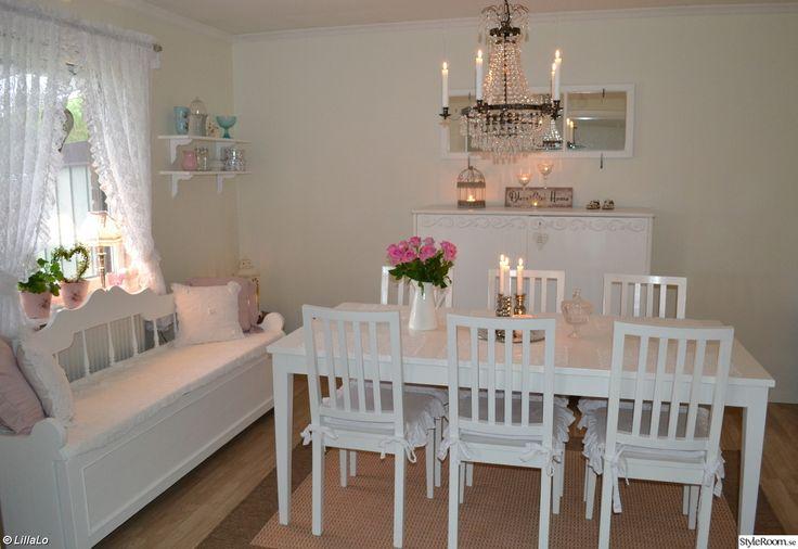 takkrona,bord,stolar,linneskåp,kökssoffa,spegelfönster,hyllor,konsoller,ljusstakar,ljusfat,plåtskylt,porslin,muggar,kuddar,virkat överkast,matta,vitt,rosa,turkost,romantiskt,lantligt,shabby chic