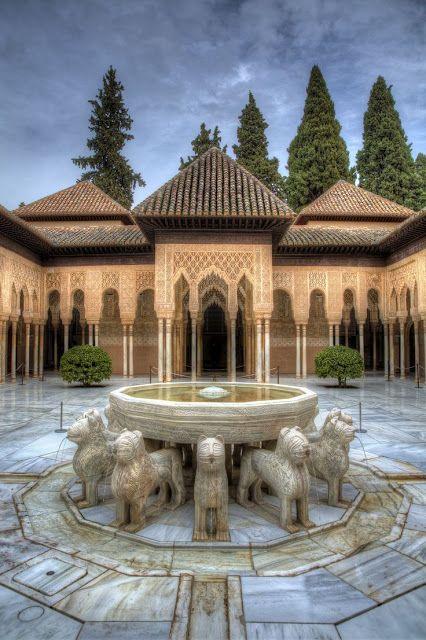 El patio de los Leones en la Alhambra de Granada -España