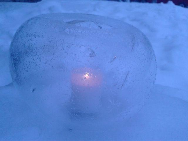 Jäädytetystä ilmapallosta tunnelmaa jouluna 2014.