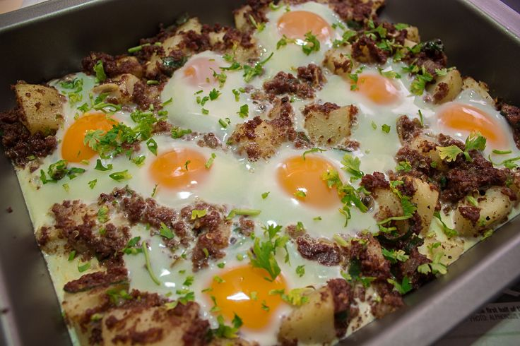 Corned Beef Potatoes and Eggs | http://maya-kitchenette.com/corned-beef-potatoes-eggs/