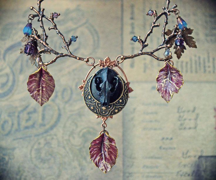 Collier witchy gothique dark mori, crâne de loup, feuilles porcelaine froide, branches cuivrées, perles de verre, estampe lune