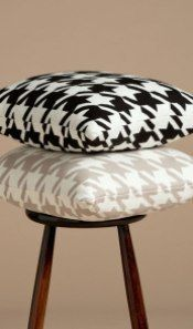 CUSHION IN BLACK HOUNDSTOOTH