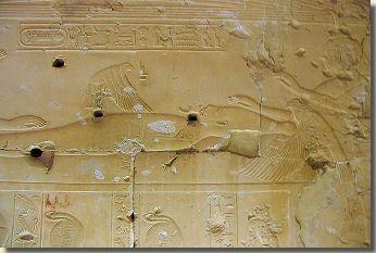 Isis in haar mythische verschijning als wouw, tempel Sethy I, Abydos. Via papyrus Turijn 1993 (uit de 19de dynastie) is ons een magisch-mythische beschrijving overgeleverd van een bezwering die men diende uit te voeren om gif uit een lichaam te verdrijven. Het verhaal vertelt hoe Isis de geheime naam van de zonnegod Ra te weten komt en hoe zij hem daarmee kan genezen van een zeer giftige slangenbeet. Lees het volledige artikel over de mythe op Kemet.nl