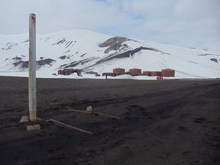 Antartica, Isla Decepción. Resto antiguas construcciones de balleneras.