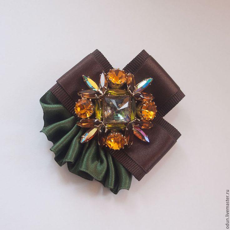 Купить или заказать Брошь с камнями в интернет-магазине на Ярмарке Мастеров. Брошь выполнена из репсовых и атласных лент, шоколадного и изумрудного цветов. Центральный элемент-старая. чешская брошь с камнями.