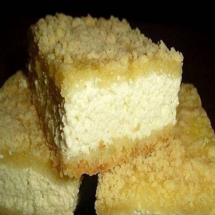 Творожный пирог Королевский  Готовится просто, легко, прекрасно подходит для угощения. На самом деле он весьма напоминает чизкейк, но готовится без лишних заморочек, максимально быстро. Выпечка понравится даже деткам, не особенно любящим творог.  Ведь творожный пирог «Королевский» настолько вкусный, что так и хочется попросить добавки. Плюс ко всему – он не придается! Вам понадобится:  1 пакетик – ванильного сахара  2 стакана – муки  4 – яйца  1 стакан – мелкого сахара  600 г – творога любой…