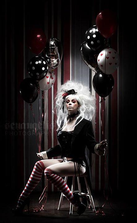 Dans ce genre la mais avec un corset rayé noir et blanc si je le recois a temps, soit dans le rouge noir et blanc comme la photo, ou dans le mauve noir et blanc, avec mes cheveux mauves bien sur, mais les ballounes seraient mauves noires et blanches.