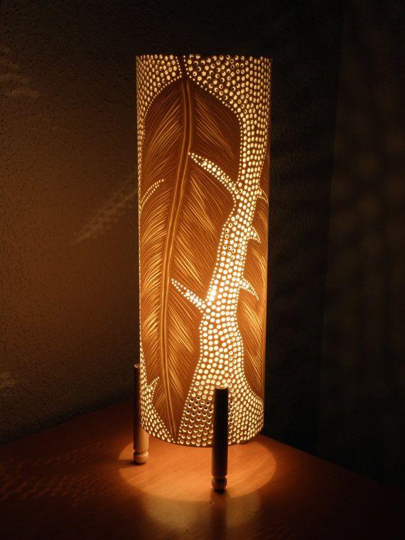 Lámpara de mesa. Tubo de PVC. Reciclado. Plumas por GlowingArt