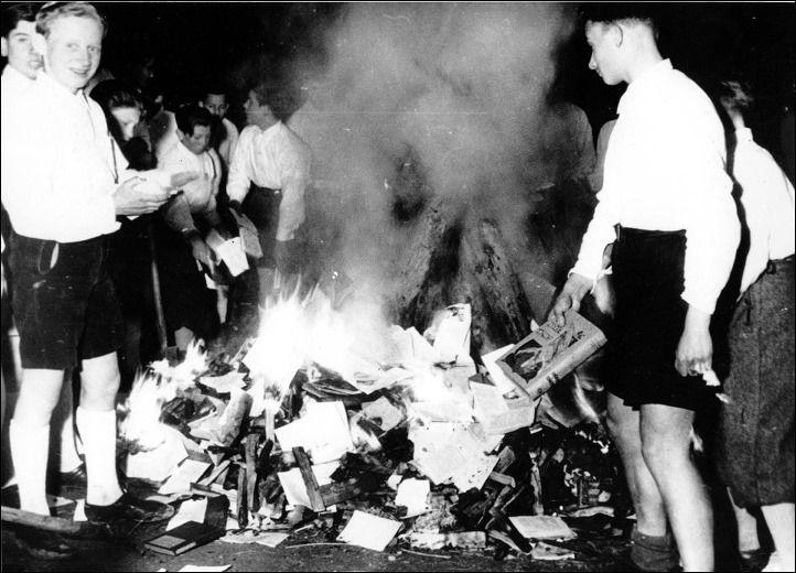 Queima de livros  Membros da Juventude Hitlerista participam na queima de livros (Buecherverbrennung), em Salzburgo, Áustria, em 30 de abril de 1938. A queima pública de livros que eram condenados como anti-germânicos ou marxistas- judaicos, era uma atividade comum na Alemanha nazista.