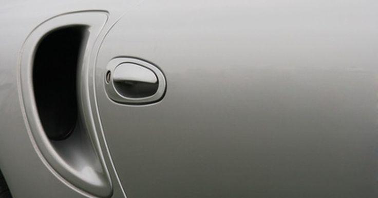 Removendo o painel de porta em um Honda. Ao remover um painel de porta em um Honda, há duas coisas a serem lembradas para que não ocorra danos na remoção. um Honda utiliza um conjunto de duas hastes do puxador da porta - uma para o trinco da porta e a outra para a fechadura. Quando a porta é removida, o puxador vai sair na porta com as hastes unidas. Se a porta for puxada muito longe da ...