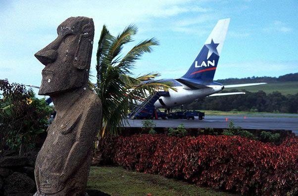 el aeropuerto localizado en la Isla de Pascua, Chile, es el aeropuerto más remoto del mundo atendido solamente por el operador de aerolíneas LAN.