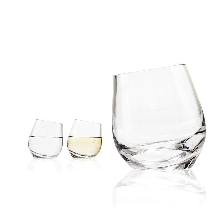 Shadow calici di vino e/o acqua 22 cl di design contemporaneo. Utilizzabili insieme a Shadow caraffa. I calici sono posizionati in un angolo e hanno spessore in base. Soffiati a mano - 35€/2 calici.