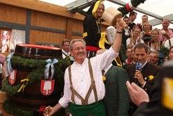 ANSTICH   O'zapft is! - Mit diesem Ruf eröffnet Oberbürgermeister Christian Ude traditionell das Münchner Oktoberfest - und das Bier darf fließen. Jedes Jahr um 12:00 Uhr mittags gibt der Münchner Oberbürgermeister Christian Ude mit dem Anstich im Schottenhamel-Zelt den Startschuss für das größte Volksfest der Welt.